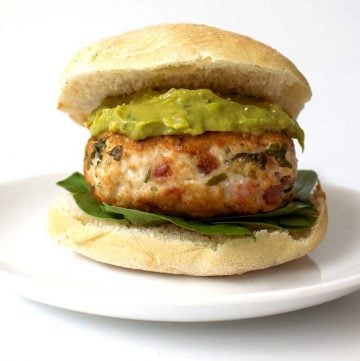 Chicken and Bacon Burger with an Avocado Cream. A delicious recipe that the whole family will love. Burgers without the guilt.