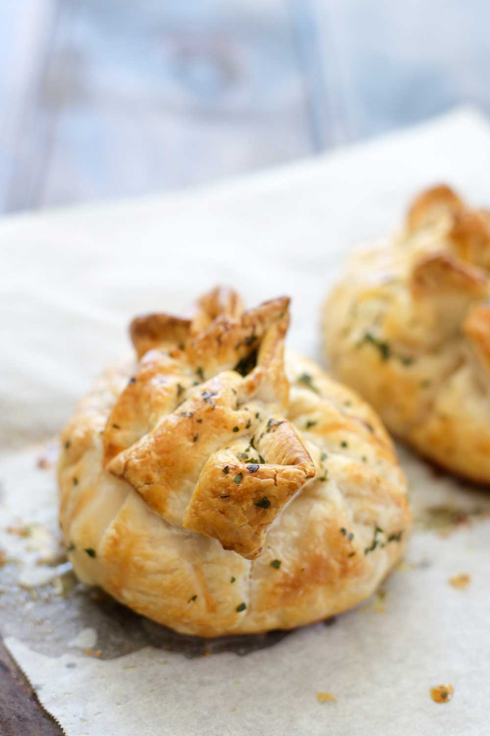 Garlic Chicken Parcels are super easy and super impressive. Individual parcels, filled with juicy chicken and oozing with garlic butter. They are perfect for entertaining as they can be prepared ahead of time and then just popped in the oven to cook when you sit down for appetisers.