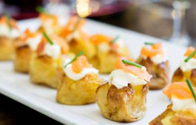 These mini baked potatoes with smoked salmon and sour cream are perfect for parties. Simple yet impressive. You can prepare them ahead or stick them in the oven as your guests arrive, making them perfect for New Year Parties.