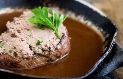 Tournedos Rossini, an elegant dinner party idea. Perfectly cooked fillet steak, topped with rich pâté served with a delicious red wine jus. What could be better? Delicious, easy to make and looks dead posh ;-)