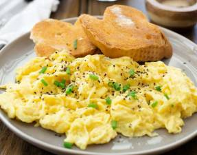 Yup!!! Scrambled eggs in 20 seconds. And not rubbery, chewy eggs that you usually associate with fast cooking. These eggs are soft, light, creamy and completely delicious. And ready in 20 seconds!!!!