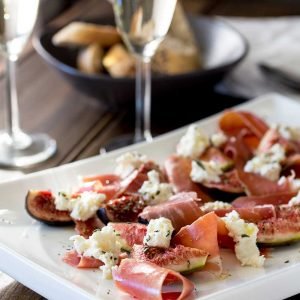 Sweet, warm figs, with salty prosciutto, creamy ricotta and a pop of rosemary and extra viergin olive oil. This salad is utterly delicious and utterly gorgeous! Tasty and beautiful! That is what we all need in our lives :-) | Sprinkles and Sprouts