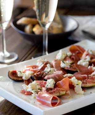 Sweet, warm figs, with salty prosciutto, creamy ricotta and a pop of rosemary and extra virgin olive oil. This salad is utterly delicious and utterly gorgeous! Tasty and beautiful! That is what we all need in our lives :-) | Sprinkles and Sprouts