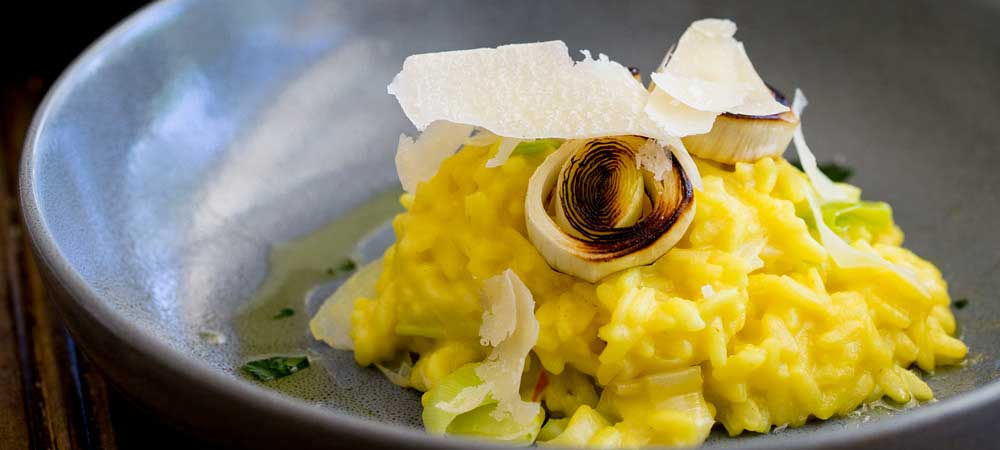 This Saffron and Leek Risotto is the perfect balance of comfort and elegance. The saffron adds a beautiful colour and the sweet creamy leeks take it beyond the norm. Perfect for entertaining or a mid week meal. #sundaysuppers