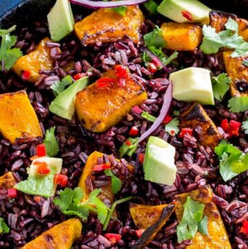 This Mexican Black Rice and Pumpkin Salad is packed with flavour. Honey and Cumin Roasted Pumpkin, nutty sweet black rice, creamy avocado, spicy chilli, zingy lime and fabulous fresh coriander. So many fabulous flavours that make this salad a taste explosion. From Sprinkles and Sprouts #SundaySupper