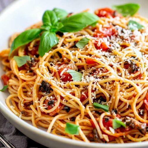 Spaghetti alla Puttanesca (Pasta Puttanesca)
